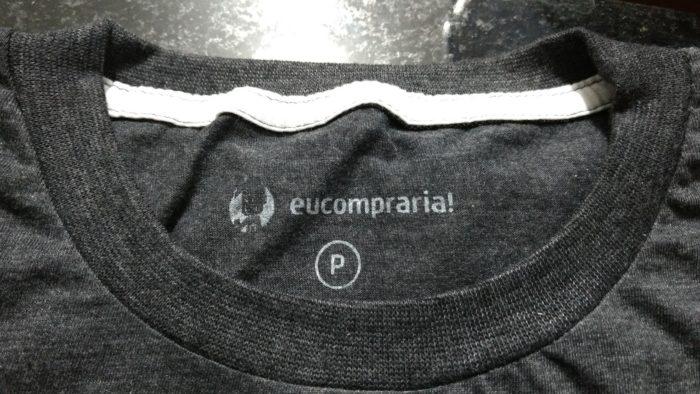 485a074eb Este reforço com costura dupla garante que sua camiseta mantenha o formato  original por muito mais tempo – mesmo guardando ela em cabides
